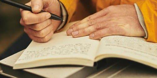 Persoon die schrijft